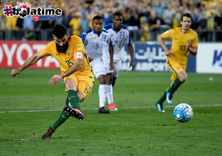 JEDINAK jaring penalti buat Australia. -Foto EPA