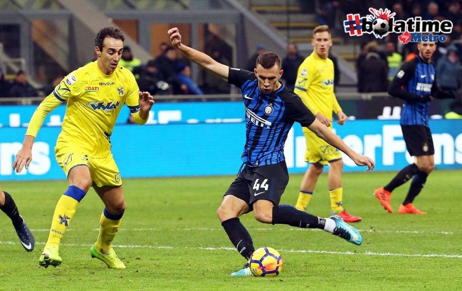 PERISIC (tengah) jaring gol kelima Inter ketika menentang Chievo. -Foto EPA
