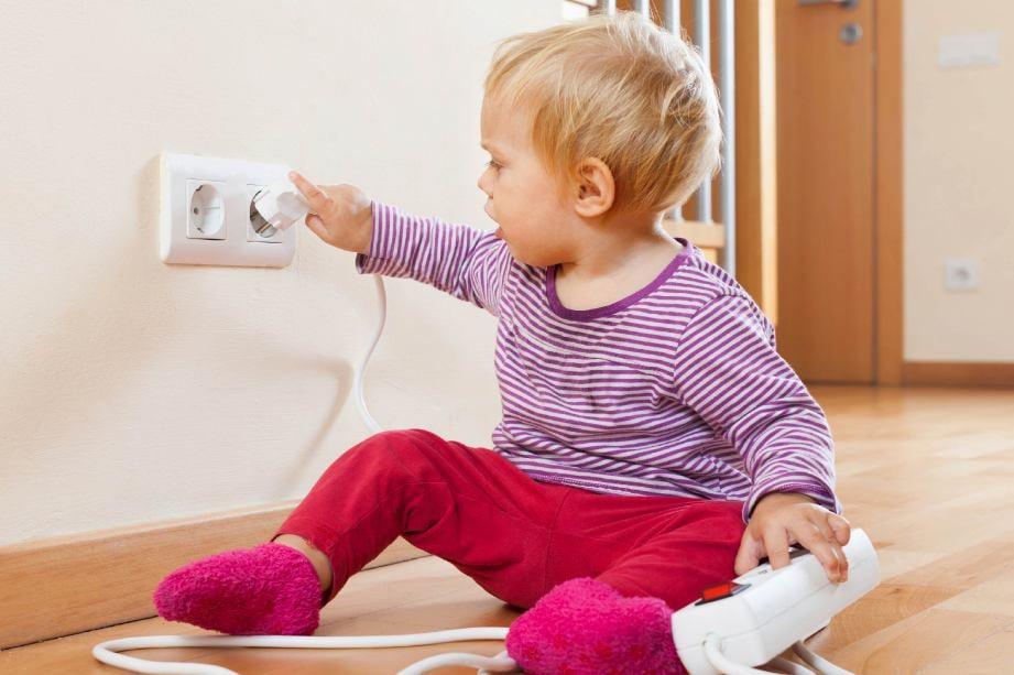 MEMBIARKAN bayi bermain soket penyambung mendedahkan mereka terkena renjatan elektrik. - FOTO Google