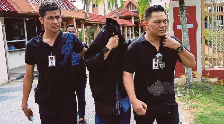 FARABI Ahmad (tengah) didenda RM100,000 oleh Mahkamah Sesyen Kuala Terengganu, hari ini selepas didapati bersalah mengendalikan klinik perubatan swasta tanpa pendaftaran sah, dua tahun lalu. FOTO Ghazali Kori.