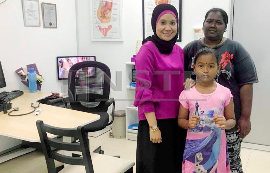 Dr Fariza Hanim Sahir (kiri) bersama anak yatim yang mengunjungi klinik untuk mendapatkan rawatan dan ubatan percuma. Foto : ROSMAN SHAMSUDIN