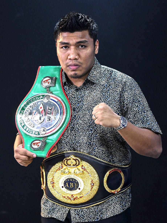 FARKHAN bersama tali pinggang yang dirangkul iaitu Majlis Tinju Dunia (WBC) Asia Lightweight dan Asia Boxing Federation (ABF) Cruiserweight Championship. FOTO Bernama