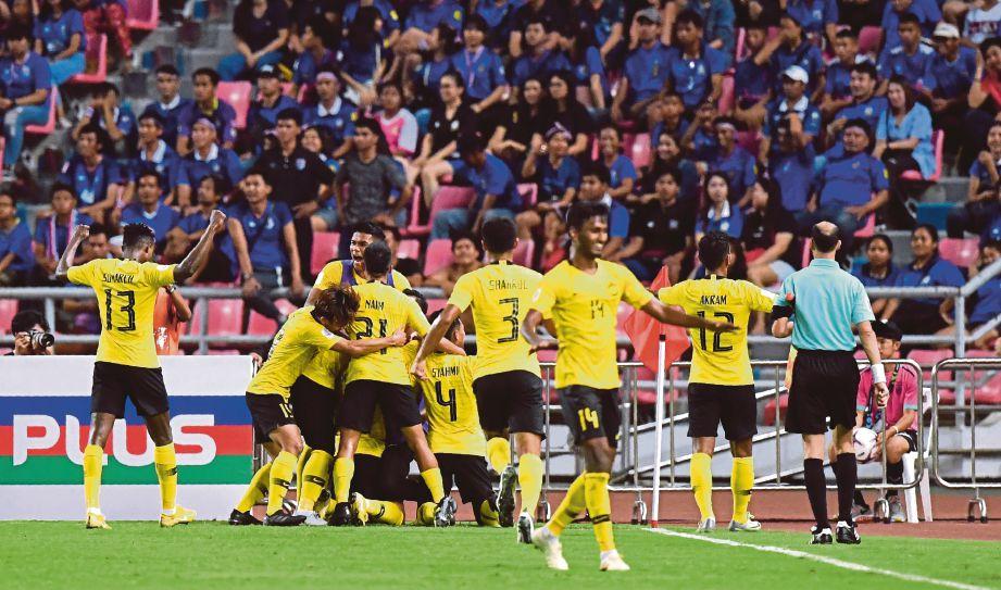 PEMAIN Malaysia meraikan kejayaan mara ke final Piala Suzuki AFF 2018 selepas menewaskan Thailand menerusi kelebihan jaringan di tempat lawan. FOTO AFP