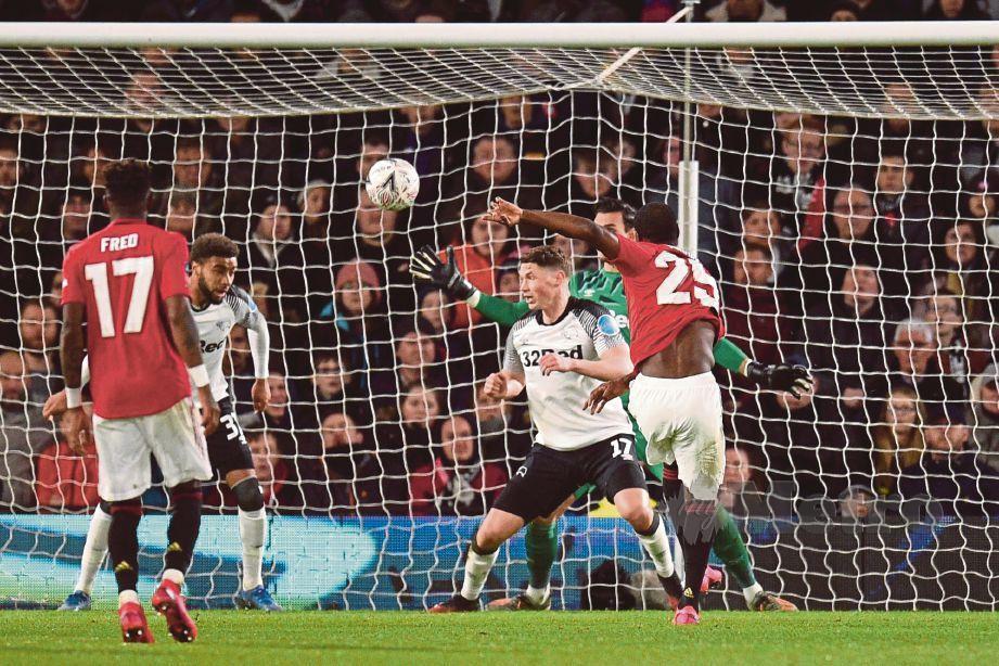 AKSI Ighalo (25) meledak jaringan ketiga United di Stadium Pride Park. FOTO AFP