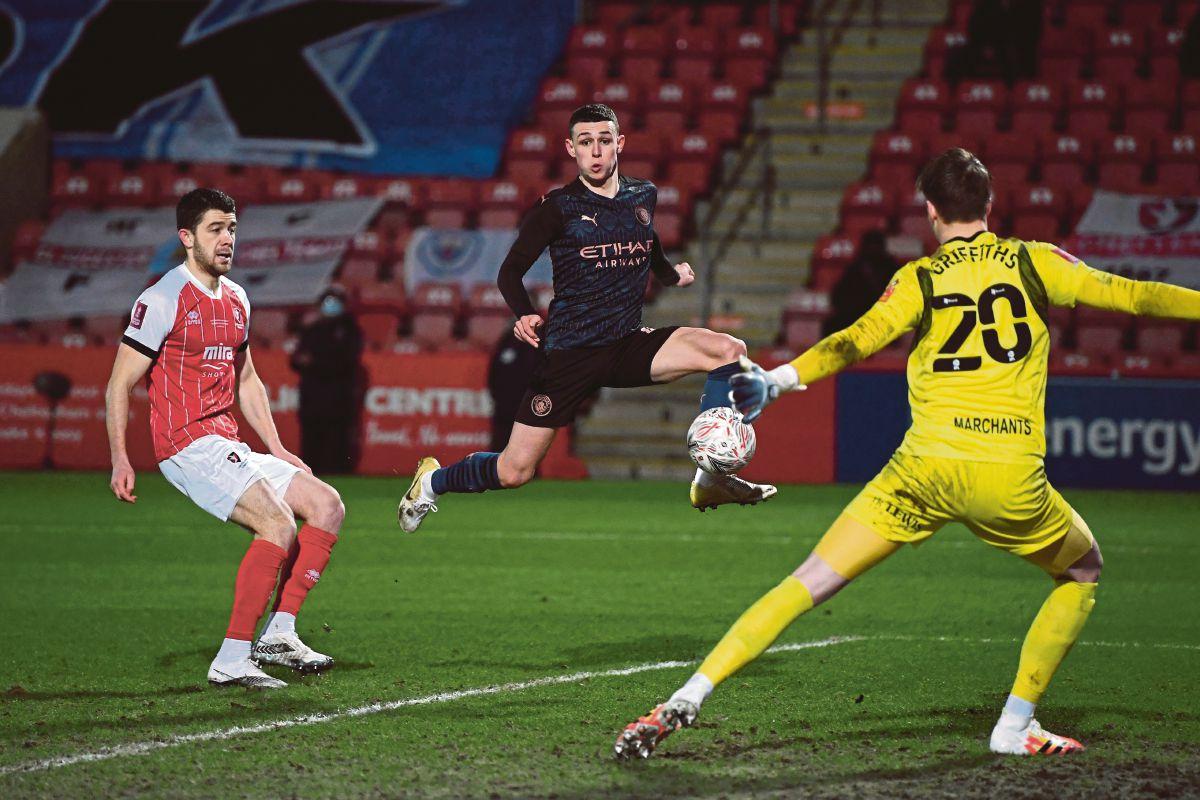 AKSI  Foden (tengah) menjaringkan gol pertama City di Stadium The Jonny-Rocks, Cheltenham. FOTO AFP