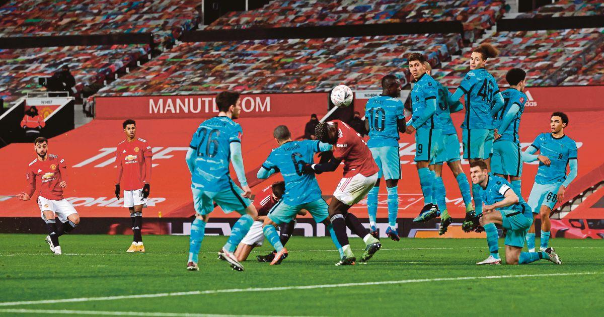 AKSI  Fernandes (kiri) menjaringkan gol menerusi sepakan percuma di Old Trafford. FOTO AFP