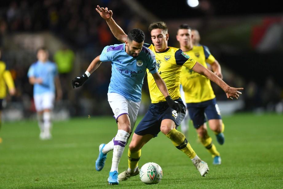 RIYAD Mahrez (kiri) dan Alex Rodriguez Gorrin ketikaenundukkan pasukan divisyen ketiga Oxford United 3-1 awal pagi tadi. FOTO AFP