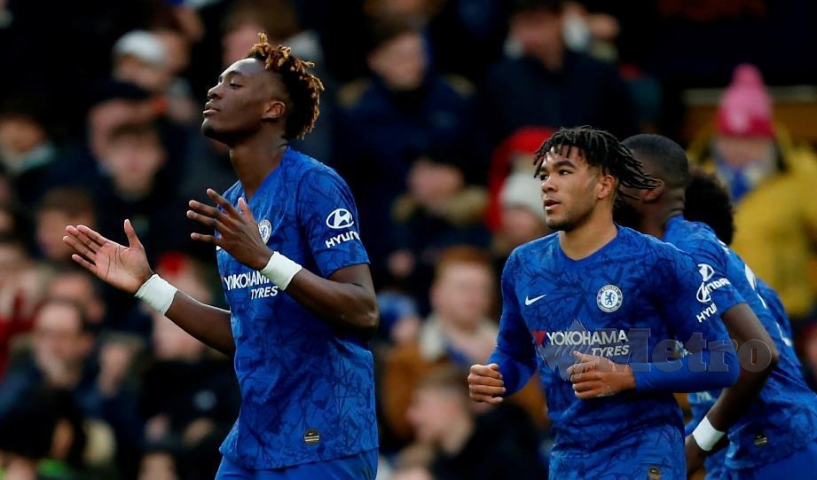 GAYA Abraham (kiri) meraikan jaringan kedua Chelsea ketika menentang  Burnley di  Stamford Bridge, Sabtu lalu. FOTO AFP