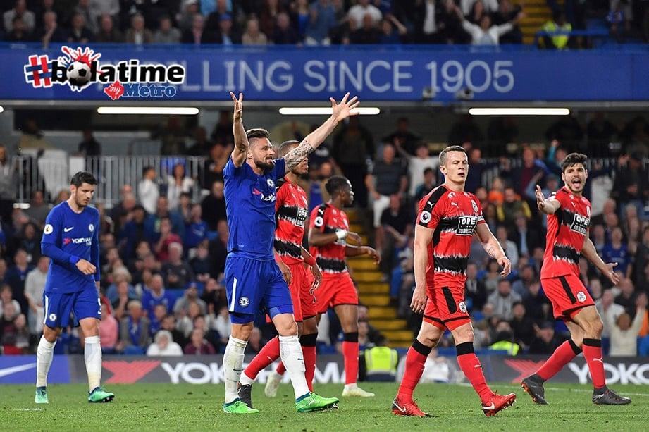 PENYERANG Chelsea, Olivier Giroud (tengah) kecewa selepas pasukan seri dengan  Huddersfield.  FOTO/AFP