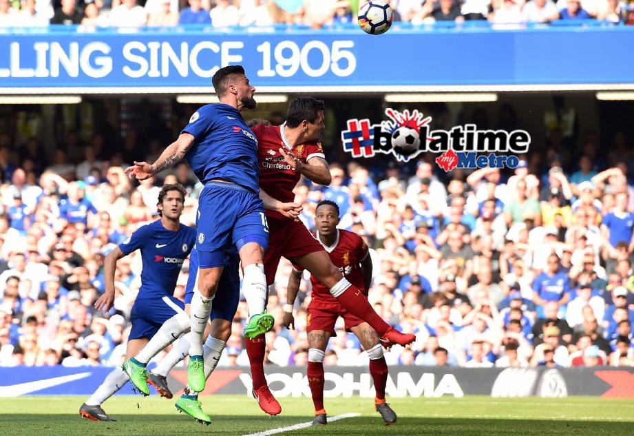 PENYERANG Chelsea, Olivier Giroud (tengah) menjaringkan gol ketika saingan dengan Liverpool pada 6 Mei lalu. FOTO AFP