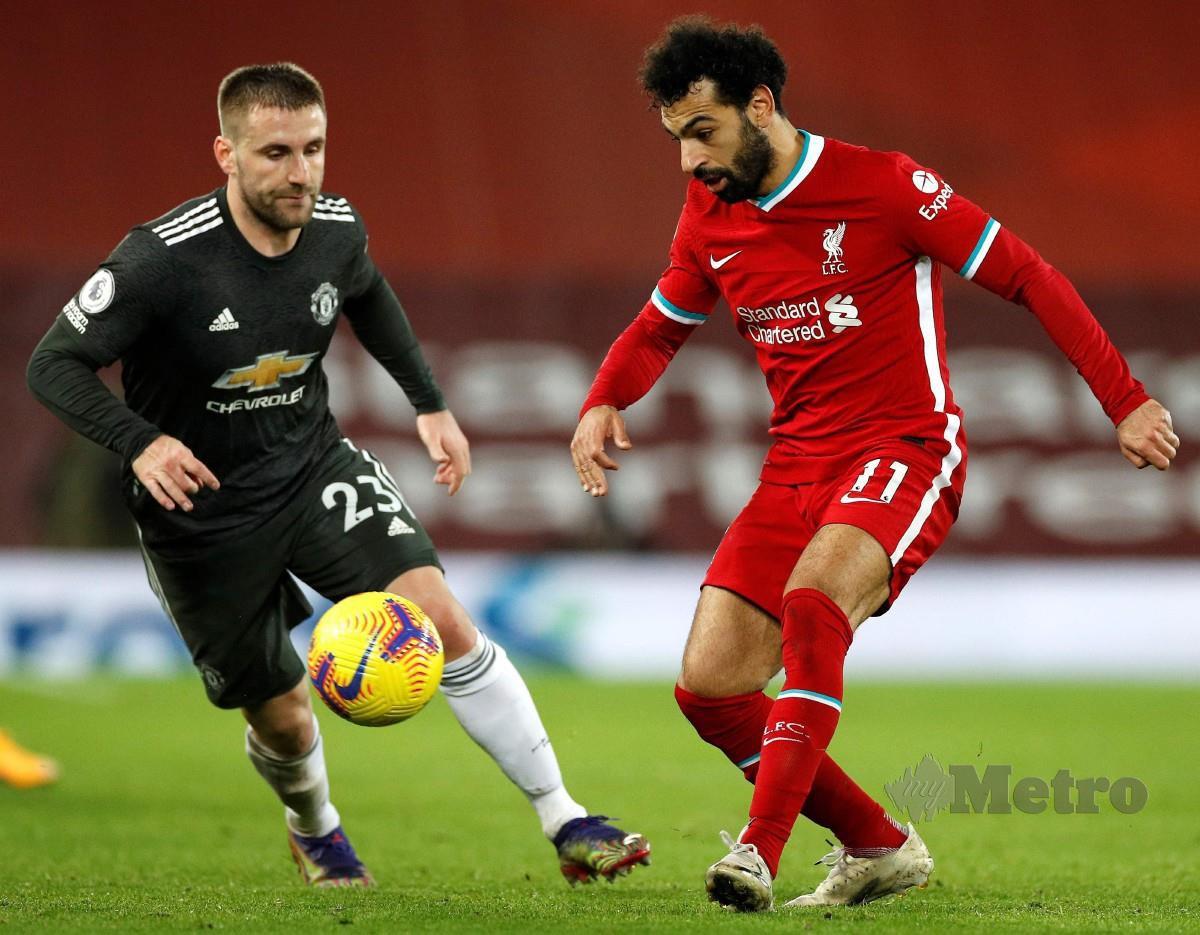Penyerang Liverpool dari Mesir, Mohamed Salah cuba melepasi pertahanan Manchester United pada aksi Liga Perdana, Isnin lalu. FOTO AFP