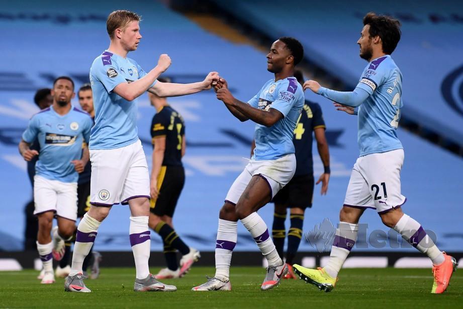 DE Bruyne (kiri) dan Sterling (tengah) masing-masing meledak satu gol untuk membantu City menumpaskan Arsenal 3-0 di Etihad awal pagi tadi. FOTO AFP