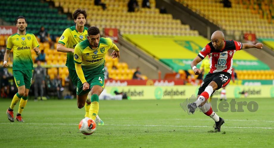 REDMOND(kanan) melepaskan rembatan untuk menghasilkan gol ketiga Southampton di Carrow Road awal pagi tadi. FOTO AFP