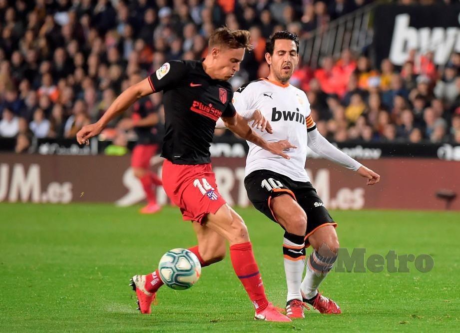 LLORENTE (kiri) meledak gol pertama Atletico namun keputusan berakhir dengan mereka terikat 2-2 dengan Valencia awal pagi semalam. FOTO AFP