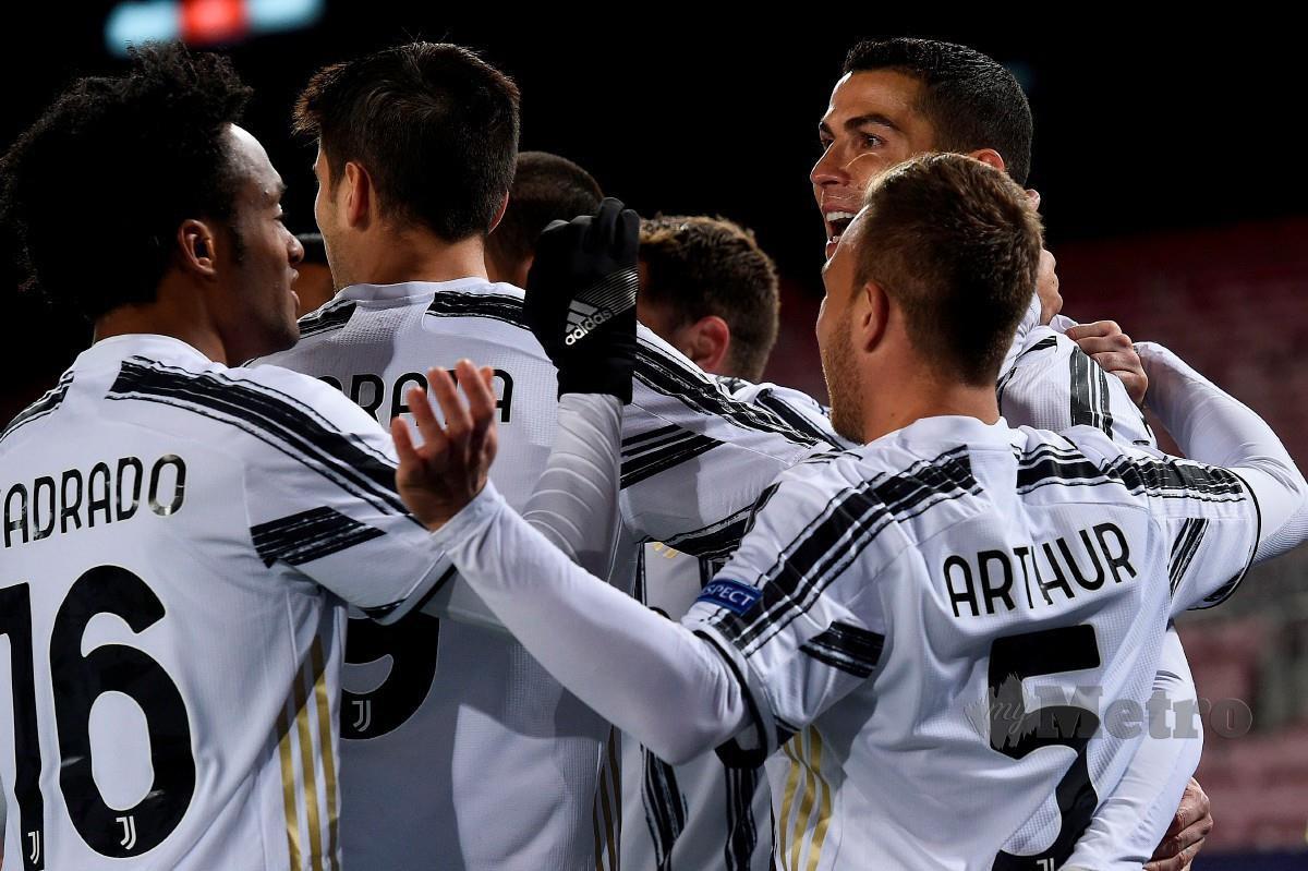 Penyerang Juventus, Cristiano Ronaldo (kanan) meraikan jaringan bersama rakan sepasukannya pada aksi Liga Juara-Juara berdepan Barcelona. FOTO AFP