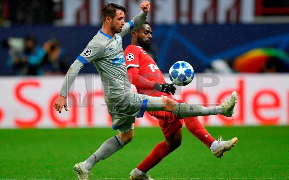 PENYERANG Schalke, Mark Uth (kiri) dapat panggilan sertai skuad Jerman kali pertama. FOTO AFP