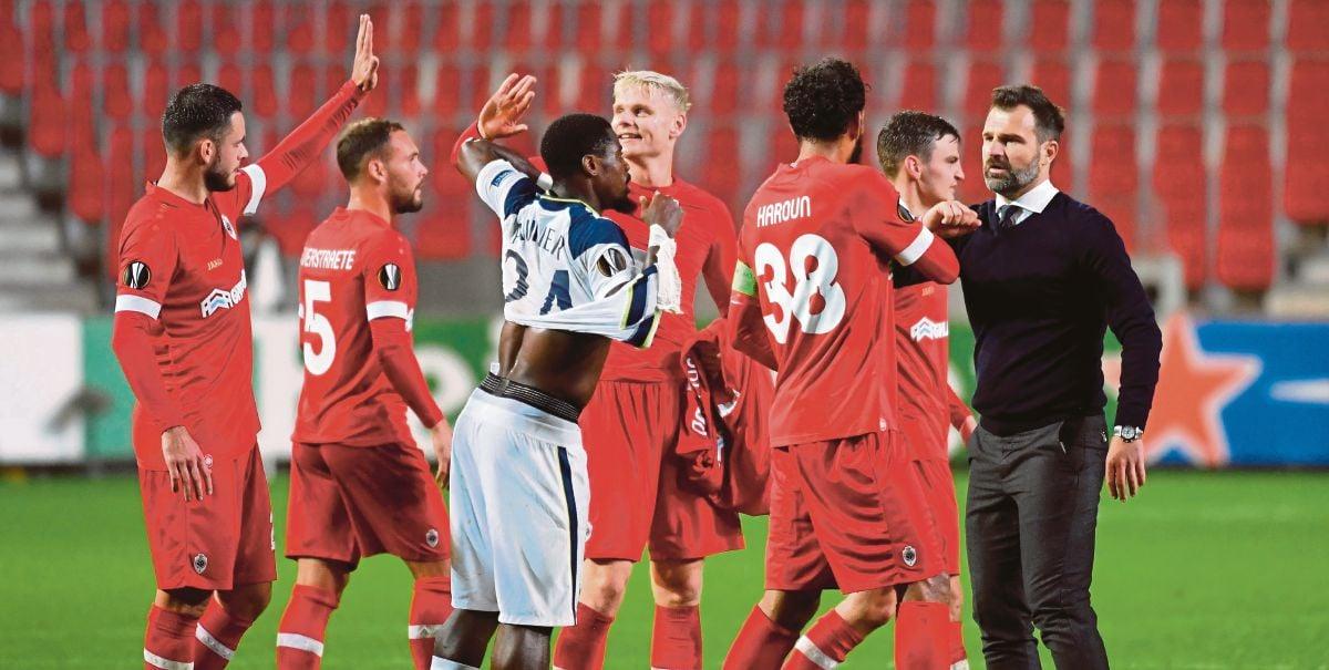 JURULATIH Antwerp, Ivan Leko (kanan) meraikan kemenangan bersama pemainnya selepas menewaskan Spurs. FOTO AFP