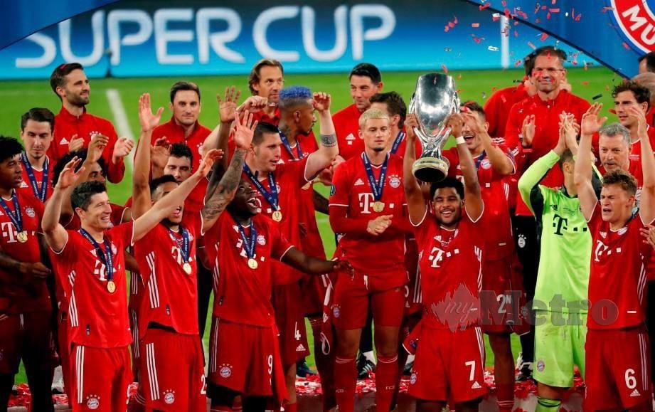 PEMAIN tengah Bayern, Serge Gnabry dan rakan sepasukannya meraikan kejayaan menjulang trofi Piala Super UEFA. FOTO AFP