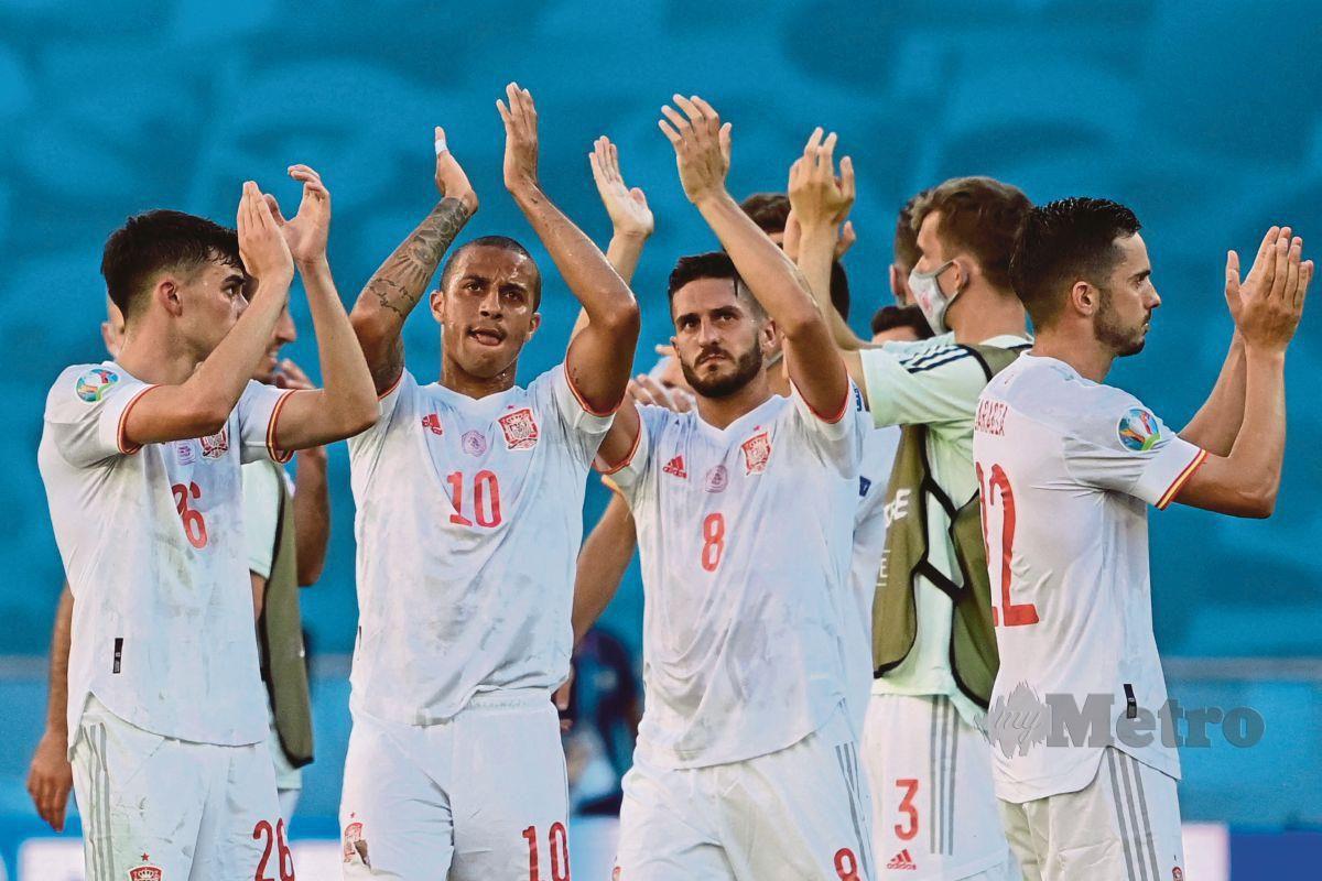 PEMAIN Sepanyol meraikan kemenangan 5-0 ke atas Slovakia di Seville, sekali gus layak ke pusingan kalah mati, hari ini. FOTO AFP