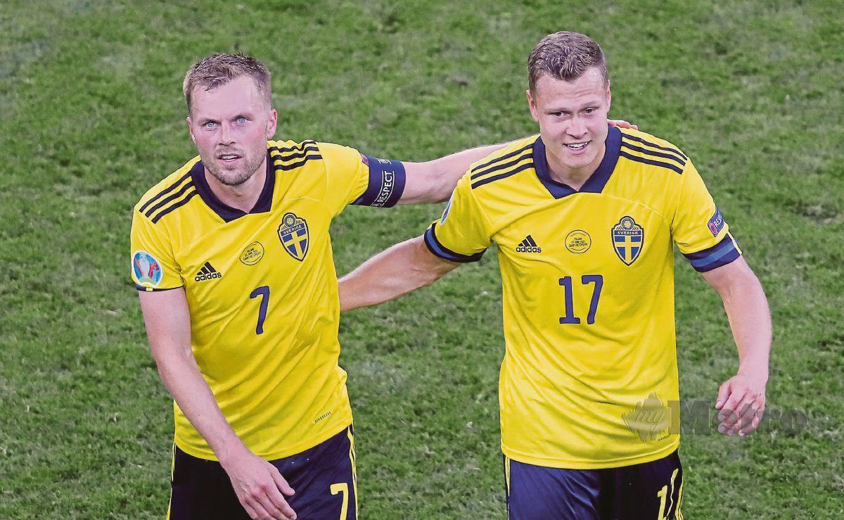 PENJARING gol kemenangan Sweden, Viktor Claesson (kanan) diraikan Sebastian Larsson selepas mereka mara ke pusingan kalah mati hasil kemenangan 3-2 ke atas Poland. FOTO AFP