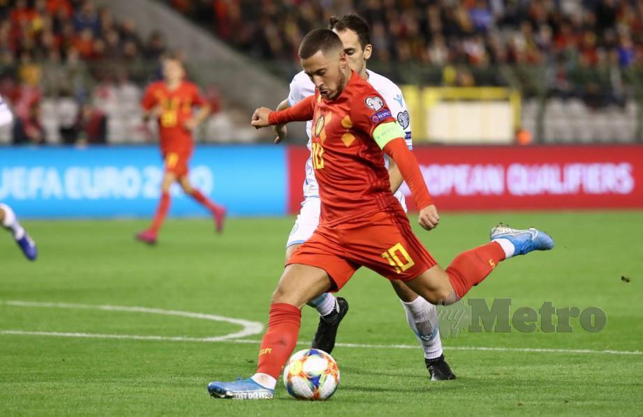 Kapten Belgium, Eden Hazard melakukan rembatan berdepan San Marino pada aksi kelayakan Euro 2020 di Brussels pagi ini. FOTO AFP