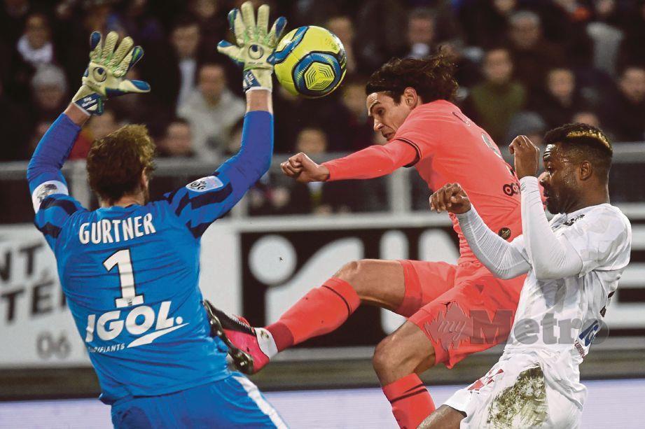 PENJAGA gol Amiens, Regis Gurtner (kiri) menyekat percubaan penyerang PSG,   Edinson Cavani  di Stadium Licorne. FOTO AFP