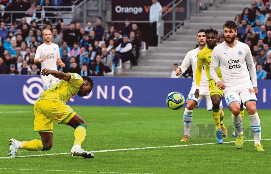 AKSI Limbombe (kiri) menjaringkan gol Nantes di Velodrome Stadium. FOTO AFP