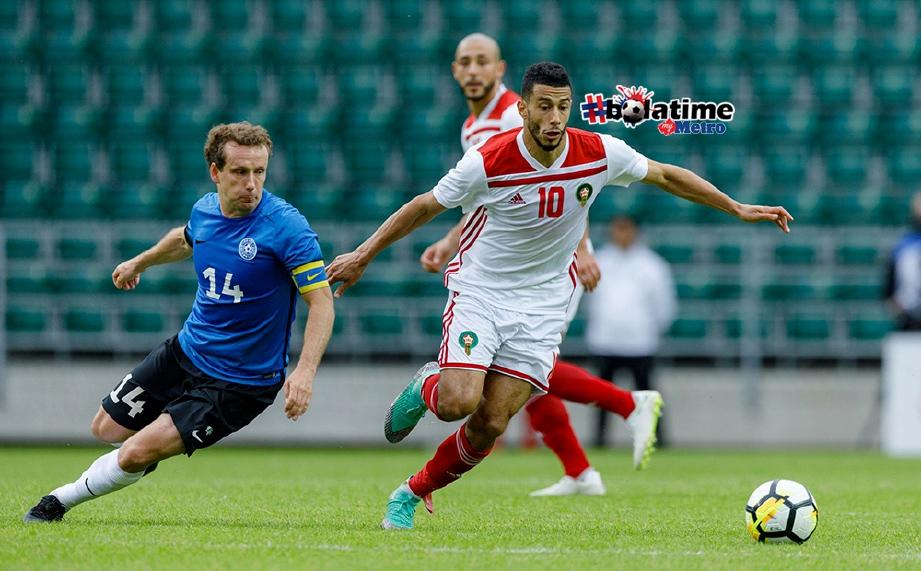 PEMAIN Maghribi Younes Belhanda (kanan) melepasi pemain Estonia. FOTO/AFP