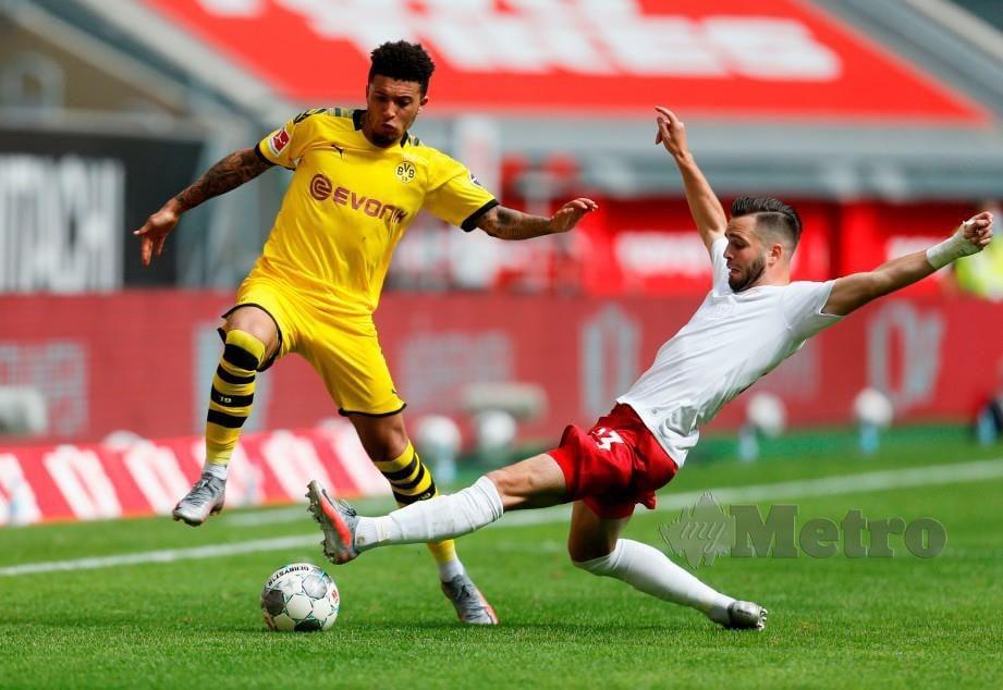 SANCHO (kiri) dikatakan akan kekal di Dortmund. FOTO AFP