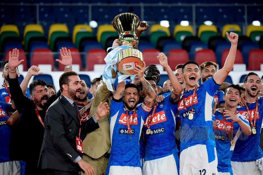 GATTUSO (kiri) dan pemainnya meraikan kejayaan menumpskan Juventus dalam perlawanan akhir Piala Itali awal pagi tadi. FOTO AFP