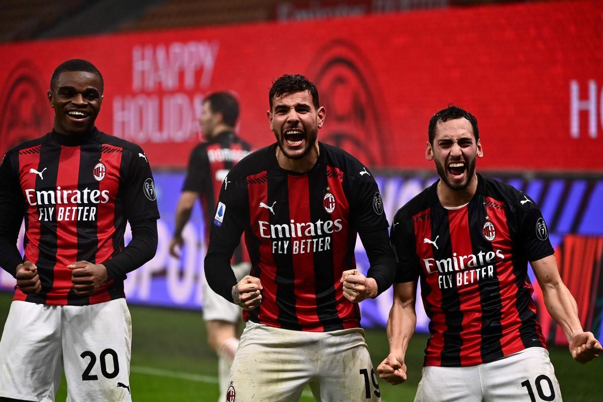 HERNANDEZ (tengah) menjaringkan gol kemenangan AC Milan bersama Pierre Kalulu (kiri) Hakan Calhanoglu. FOTO AFP