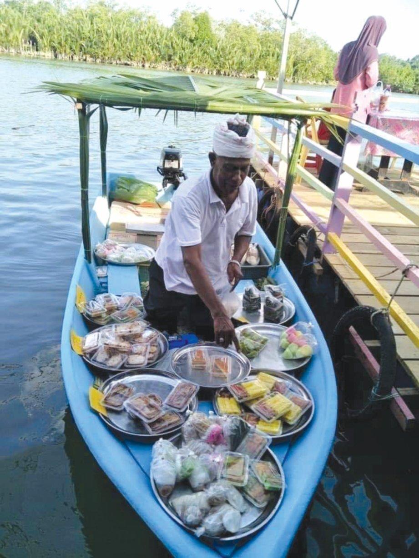 PENIAGA menjual makanan dari sampan.