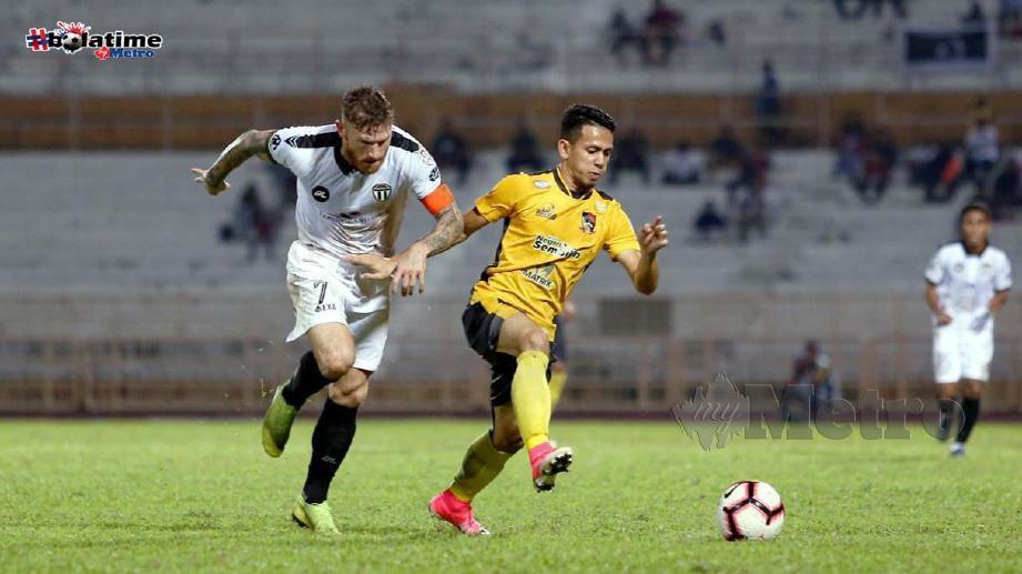 Ferris Danial (kanan) dicabar pemain Terengganu FC, Lee Andrew Tuck. FOTO NSTP/IQMAL HAQIM ROSMAN