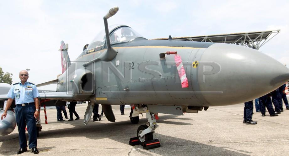 FELIX Gonsalvez disamping pesawat Hawk. FOTO Danial Saad