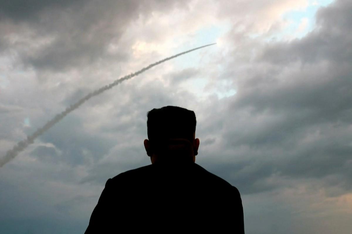 FOTO fail daripada tangkap layar daripada video stesen penyiaran Korea Utara menunjukkan pemimpin Korea Utara Kim Jong Un memerhatikan pelancaran peluru berpandu balistik pada Julai 2019. FOTO AFP PHOTO / KCTV