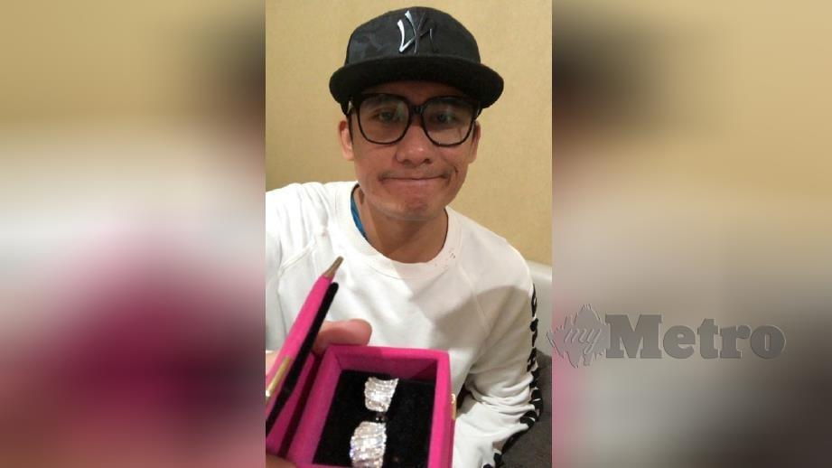 FIRMAN menunjukkan berlian didakwa palsu sebagai hadiah pemenang tempat kelima program Gegar Vaganza musim keempat. FOTO Ihsan Firman Siagian