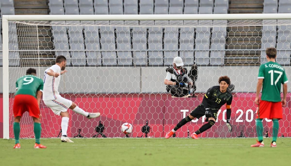 PENYERANG Perancis, Andre-Pierre Gignac (dua dari kiri) menjaringkan gol menerusi sepakan penalti, tetapi pasukannya tewas 1-4 di tangan Mexico pada perlawanan acara bola sepak di Tokyo 2020, hari ini. FOTO AFP