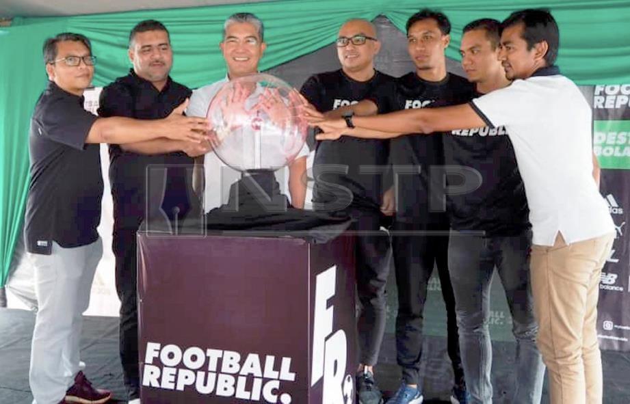 ABDUL Rahman (tiga dari kiri) merasmikan pembukaan cawangan Football Republic di Alor Setar, semalam. FOTO Izzali Ismail