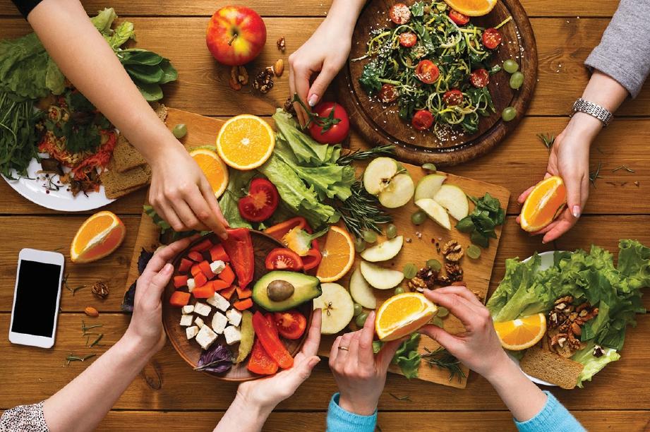 MEMASTIKAN hidangan sihat dinikmati keluarga.