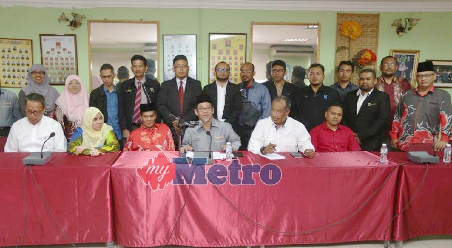 Zulkifli (tengah) bersama ahli GAKUM pada sidang media hari ini. FOTO Mohamad Shahril Badri Saali