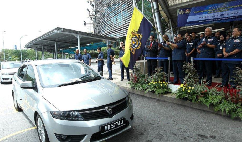 KETUA Pengarah Kastam, Datuk Seri Khazali Ahmad melepaskan anggota Kastam sebagai simbolik Pelancaran Operasi CBOS 3.0 GST.