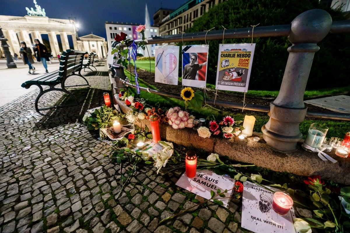 LILIN dan bunga yang diletakkan di depan Kedutaan Perancis di Berlin, sebagai tanda simpati terhadap kematian Samuel Paty. FOTO EPA.