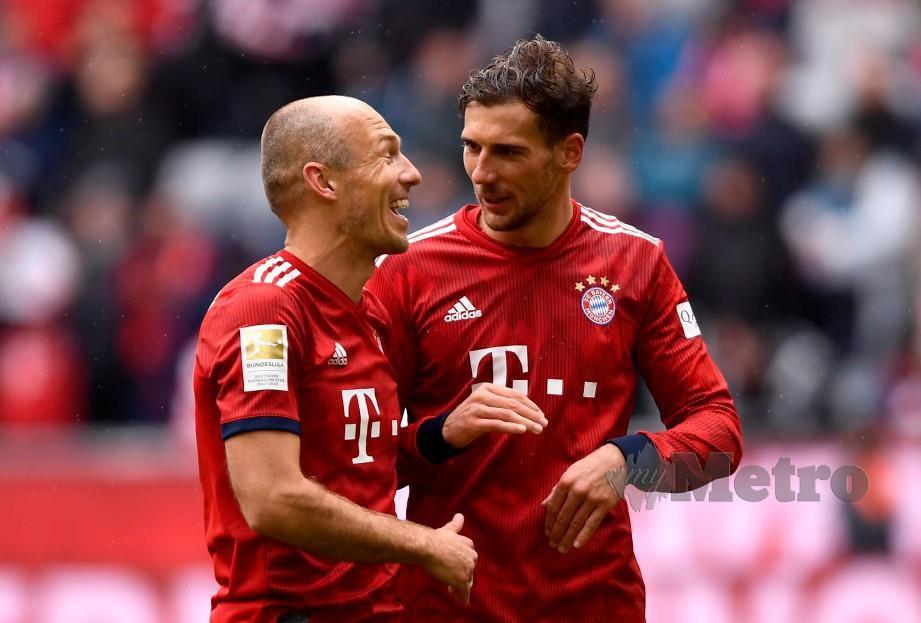 ROBBEN (kiri) dan Goretzka berkongsi kegembiraan selepas tamat perlawanan di Munich. - FOTO Agensi