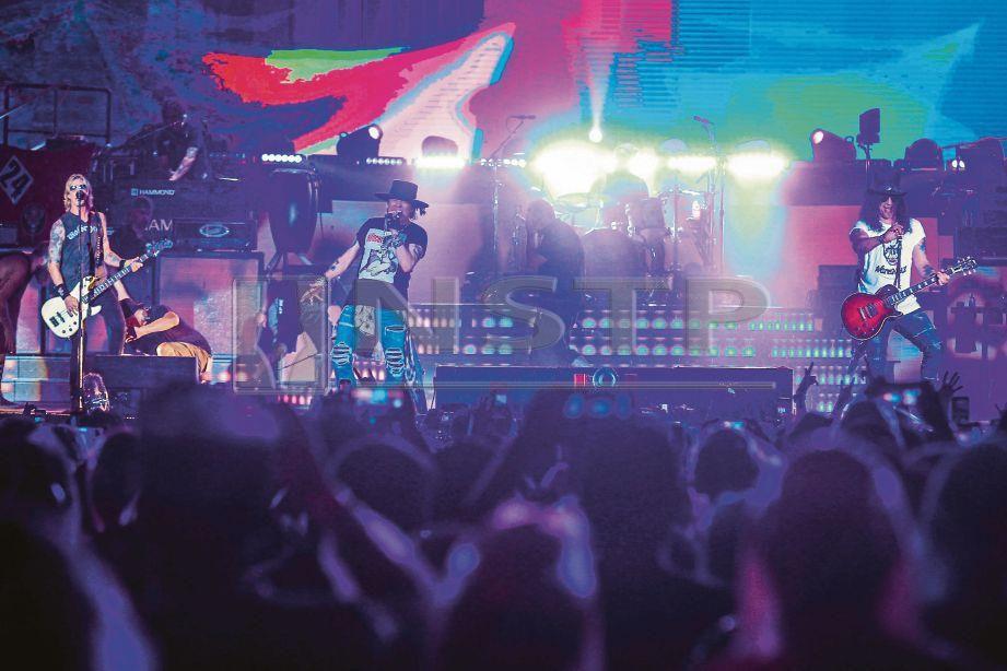 KEHADIRAN Axl bersama dua anggota asal Guns N Roses iaitu Slash dan Duff memang dinantikan peminat ketika konsert di Sunway Lagoon, Bandar Sunway, Subang Jaya, malam tadi. FOTO Asyraf Hamzah.
