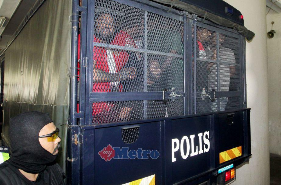 Anggota Petugas Khas Jenayah Terancang (STAFOC), Bukit Aman mengawal kenderaan yang membawa 18 individu didakwa atas tuduhan menjadi ahli kumpulan jenayah terancang Geng 08. FOTO NSTP/ASWADI ALIAS.