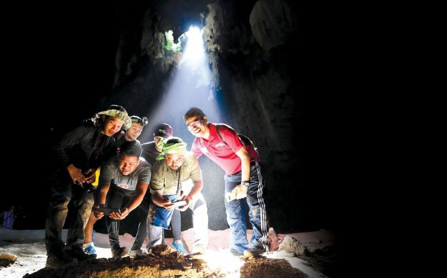 FENOMENA sinaran matahari masuk di celahan batu dalam Gua Keris antara tarikan eksplorasi tiga gua di Kampung Jelawang, Dabong.  FOTO: Aswadi Alias