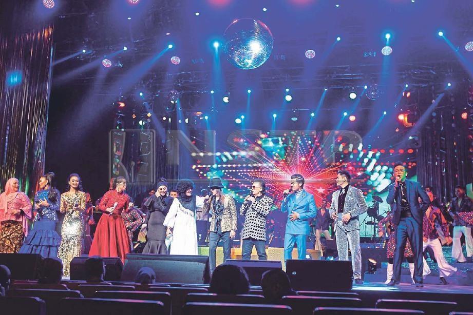 SEMUA artis bergandingan menyampaikan lagu Seiring Sejalan sebagai persembahan penutup. FOTO Saddam Yusoff