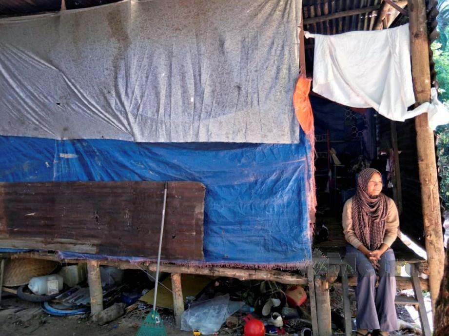 KELUARGA miskin, Haida bersama suami dan tiga anaknya yang tinggal di bangsal usang lebih setahun lalu. FOTO Ramli Ibrahim