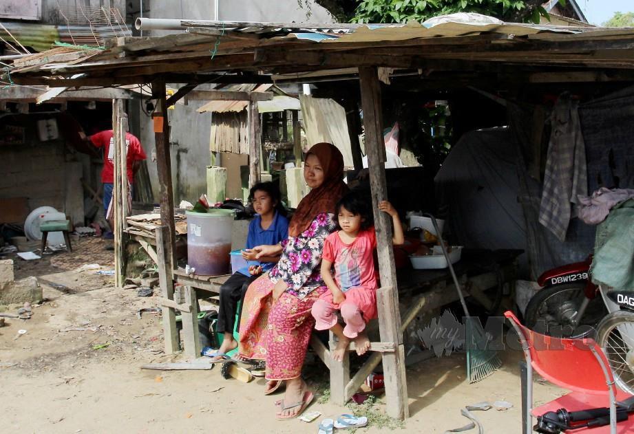 HARIANI Mat, 47 bersama sebahagian enam anaknya. FOTO Nik Abdullah Nik Omar
