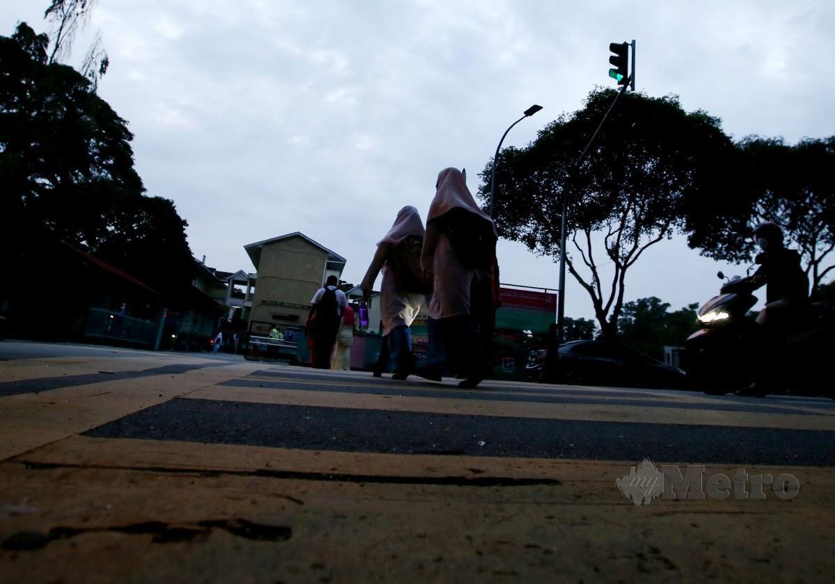 PELAJAR Tingkatan Lima memulakan sesi persekolahan ketika PKP. FOTO Eizairi Shamsudin